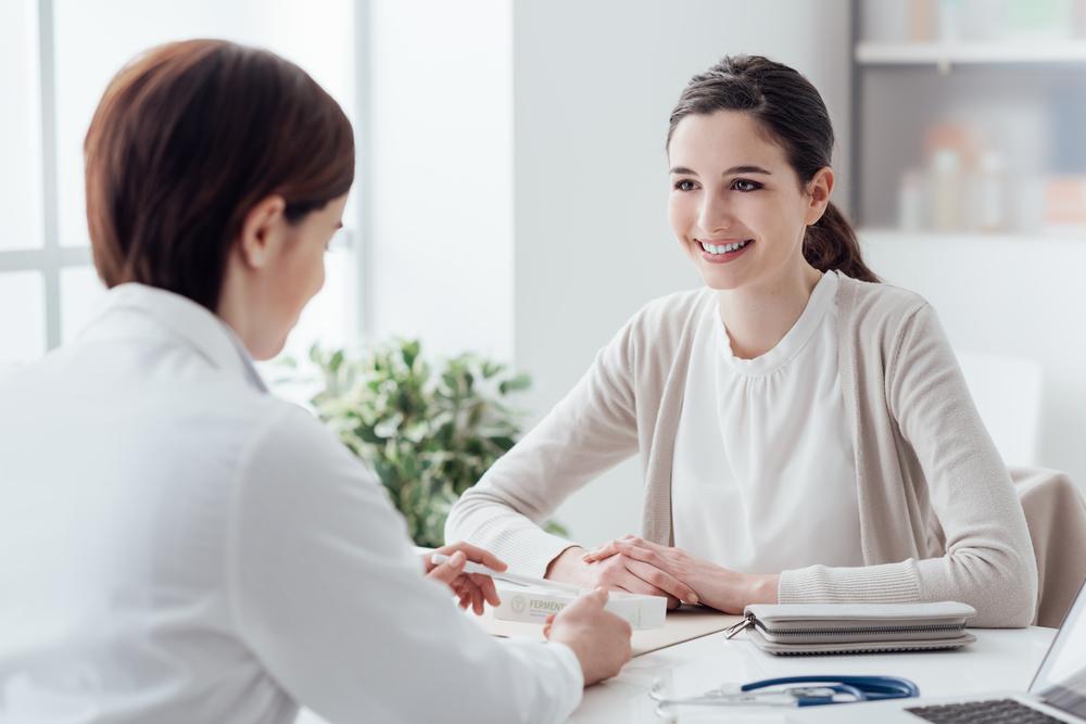 Bác sỹ tư vấn trước khi thực hiện cấy que tránh thai vào cánh tay