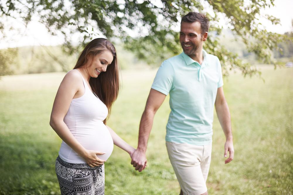 Mẹ bầu đi dạo cùng chồng giúp duy trì cảm xúc tích cực