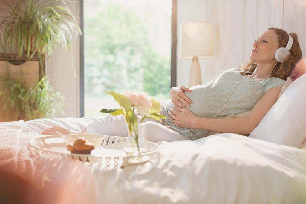 Các mẹ chỉ nên nghe nhạc với số lần và thời gian giới hạn trong ngày, tránh gây mệt mỏi cho cả mẹ và con