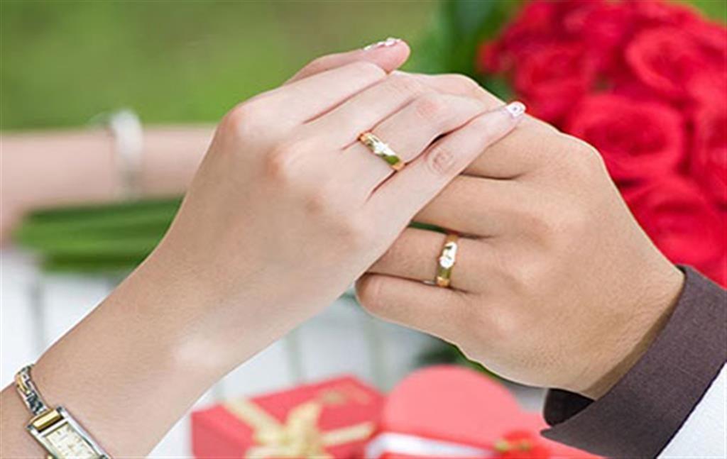 Nhẫn cưới giúp xác định dấu hiệu mang thai con trai