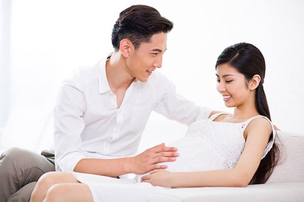 Thai giáo vận động bằng vuốt ve cho thai nhi.