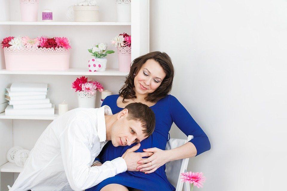 Ba mẹ thực hành thai giáo cho con yêu