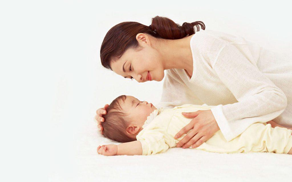 Để trẻ sơ sinh tự ngủ, ba mẹ bắt đầu từ đâu