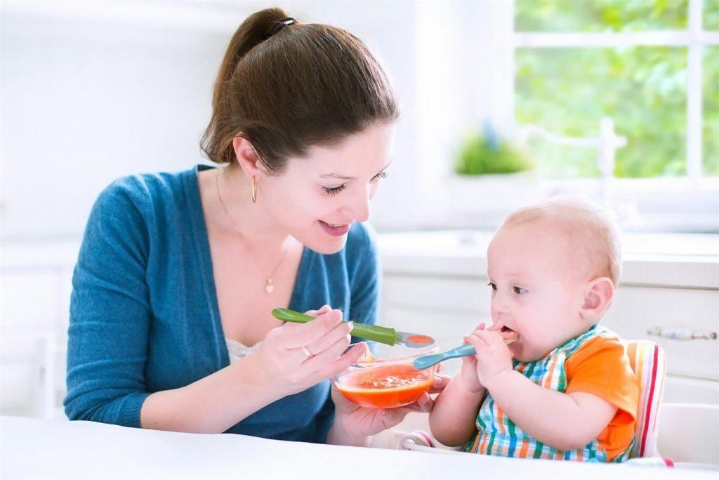 Mẹ quan sát để hiểu nhu cầu của trẻ