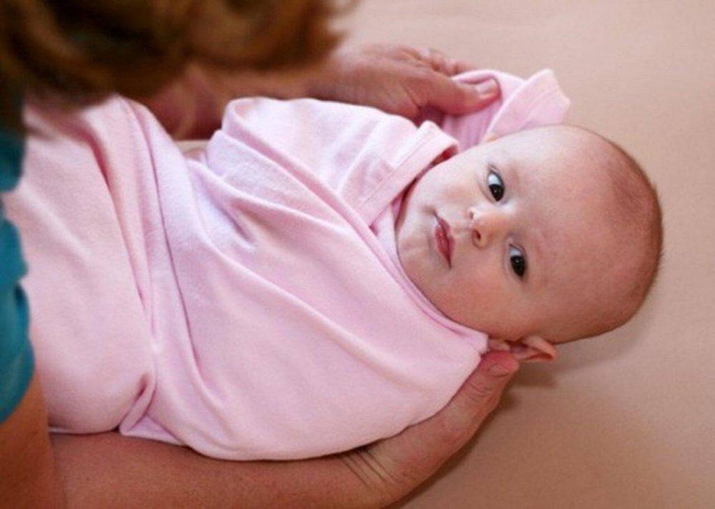 Cách quấn khăn cho bé ngủ ngon
