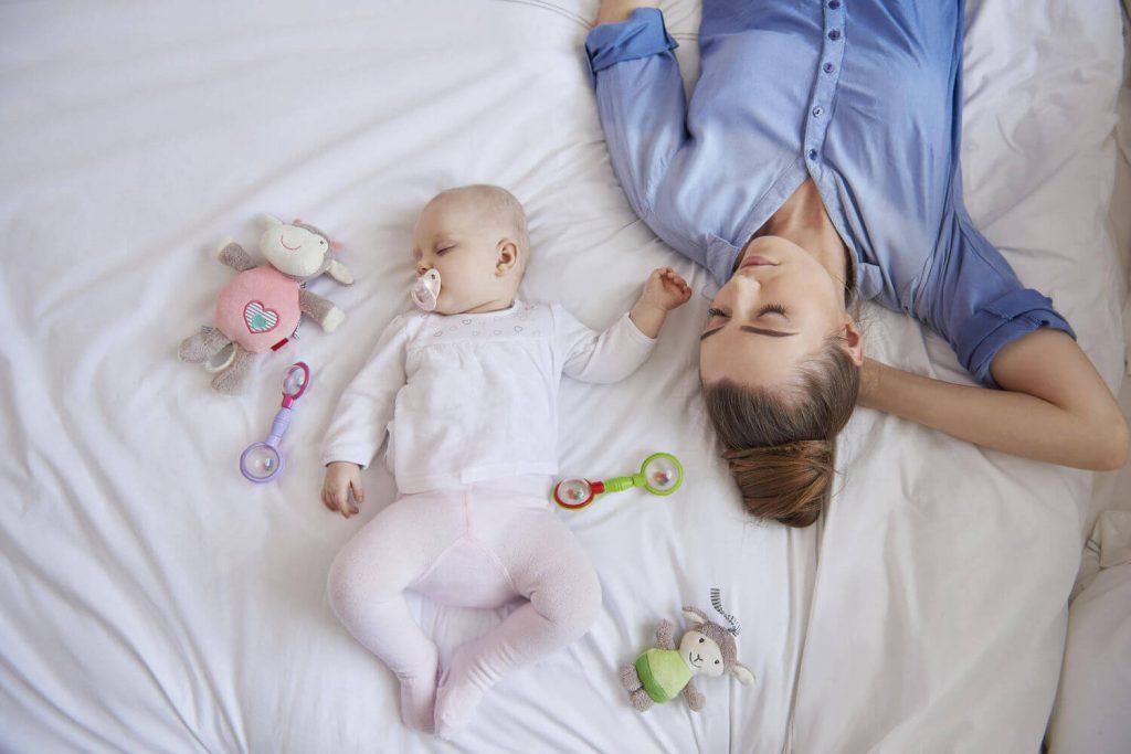 Mẹ rèn con ngủ một mình, tránh ngủ cùng con