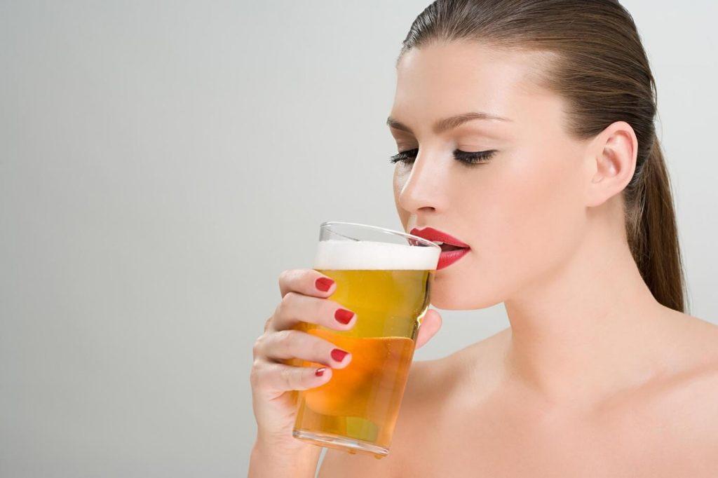 Không biết mang thai vẫn uống bia gây ảnh hưởng đến thai nhi