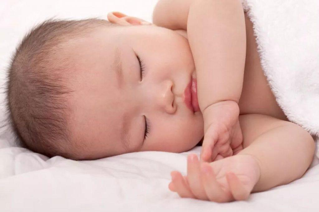 Trẻ sơ sinh vặn mình và ưỡn người (1)