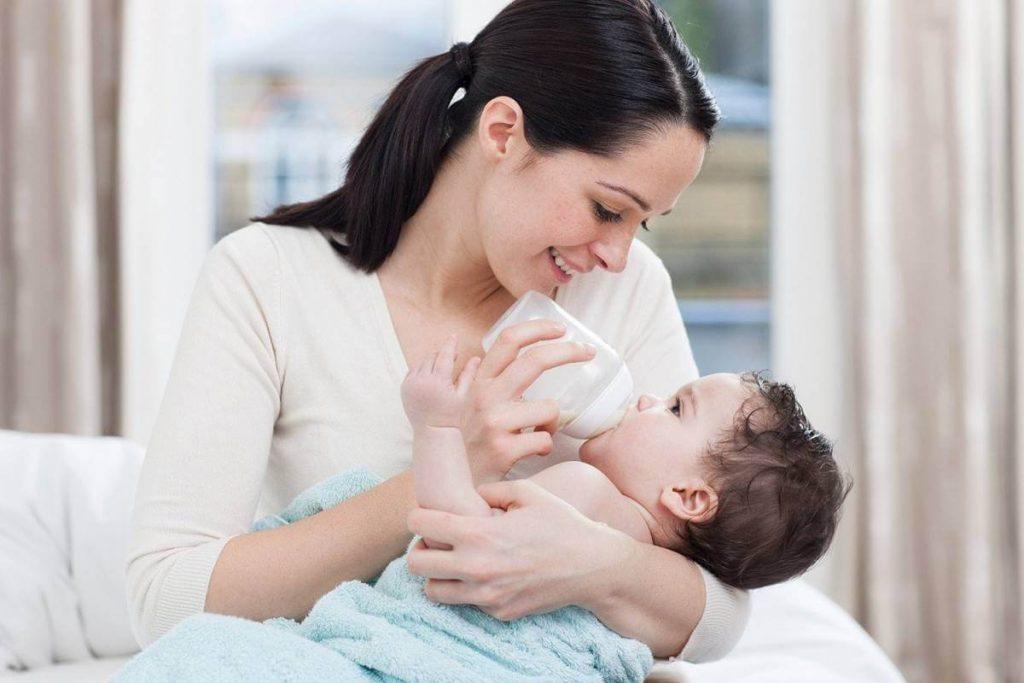 Mẹ tập cho bé bú bình