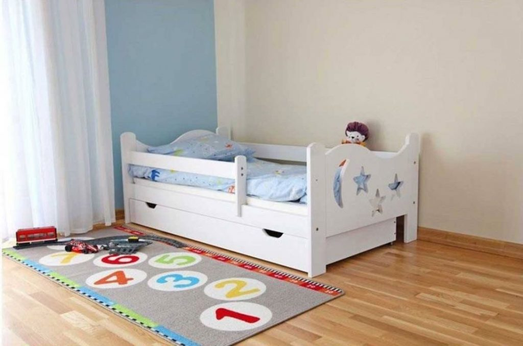 Giường có thanh chắn an toàn cho con. Có nhiều oại thanh chắn riêng có thể tháo rời.