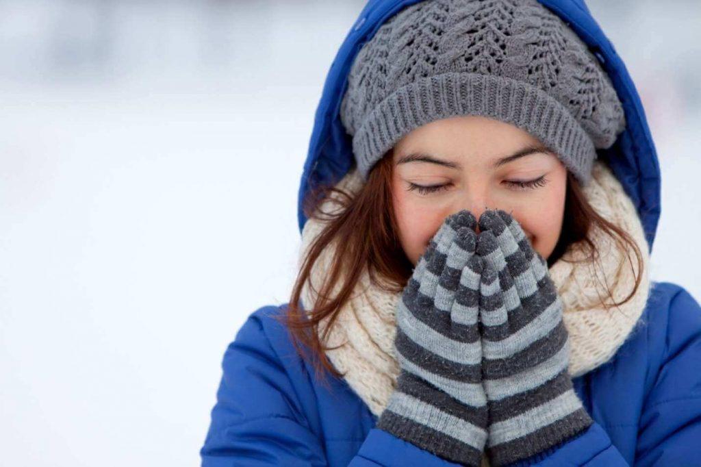 Mẹ bầu cần giữ ấm vào mùa đông để tránh tình trạng chảy máu cam