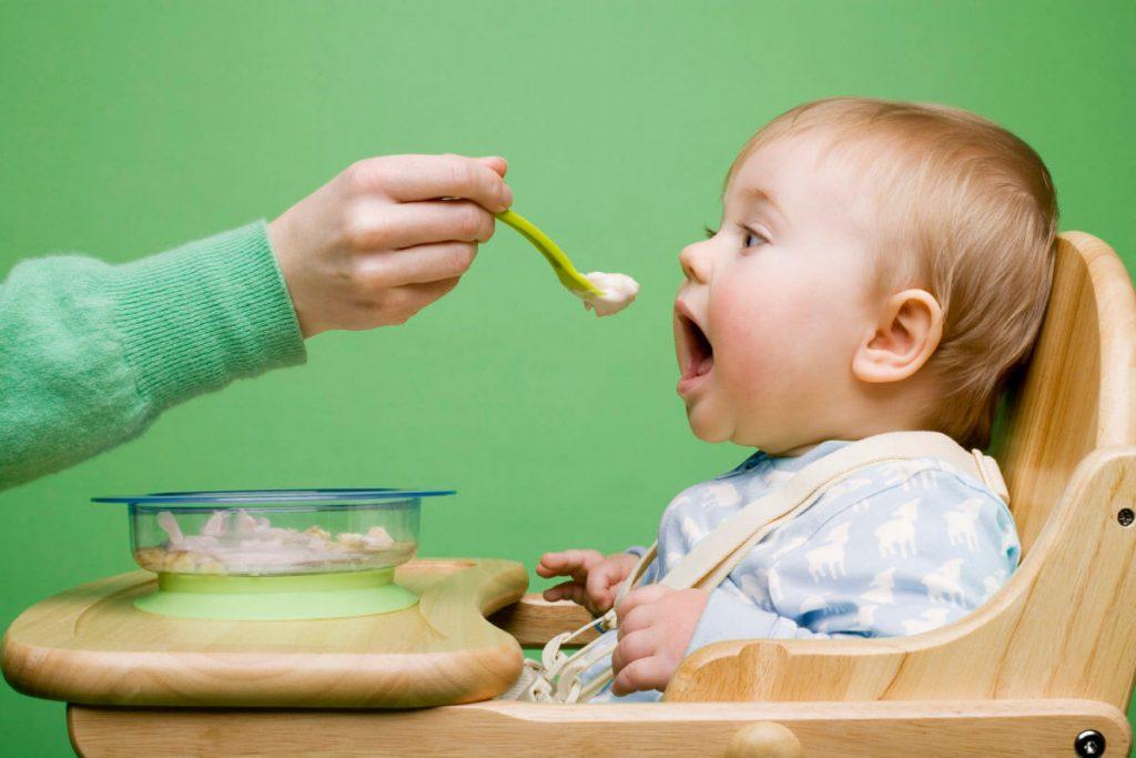 có nên cho trẻ dưới 1 tuổi ăn muối