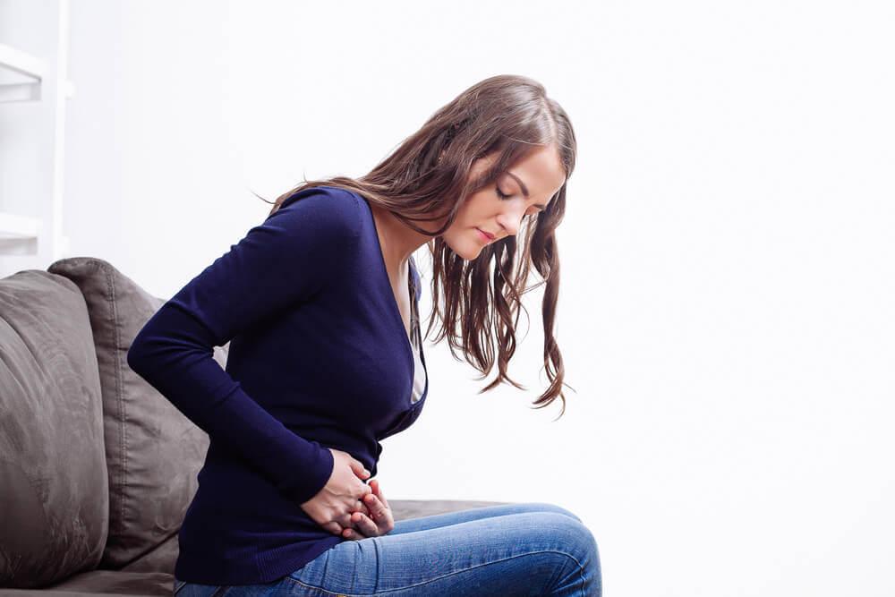 Đau bụng có thể là một trong những dấu hiệu bất thường khi mang thai 3 tháng đầu (1)
