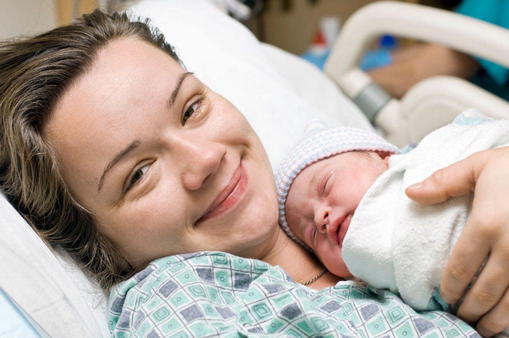 24h đầu làm mẹ, cảm xúc lẫn lôn đan xen trong mẹ