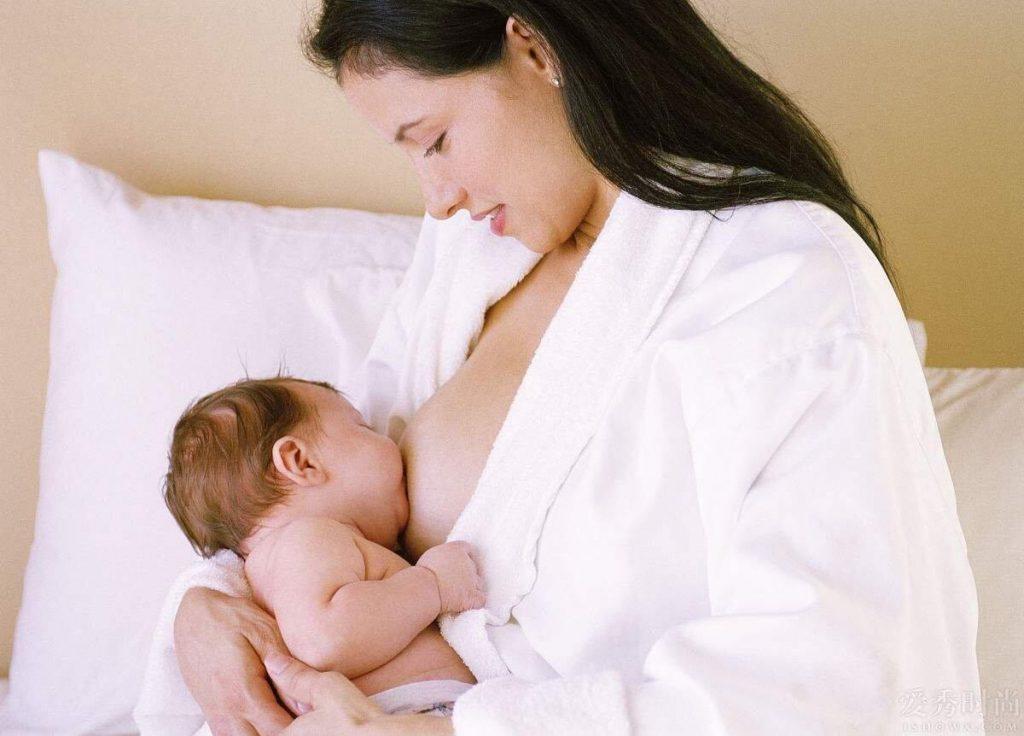 Mẹ cho em bé sơ sinh bú (3)