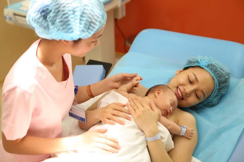 Mẹ thực hiện tiếp xúc da kề da với con yêu ngay sau khi con chào đời