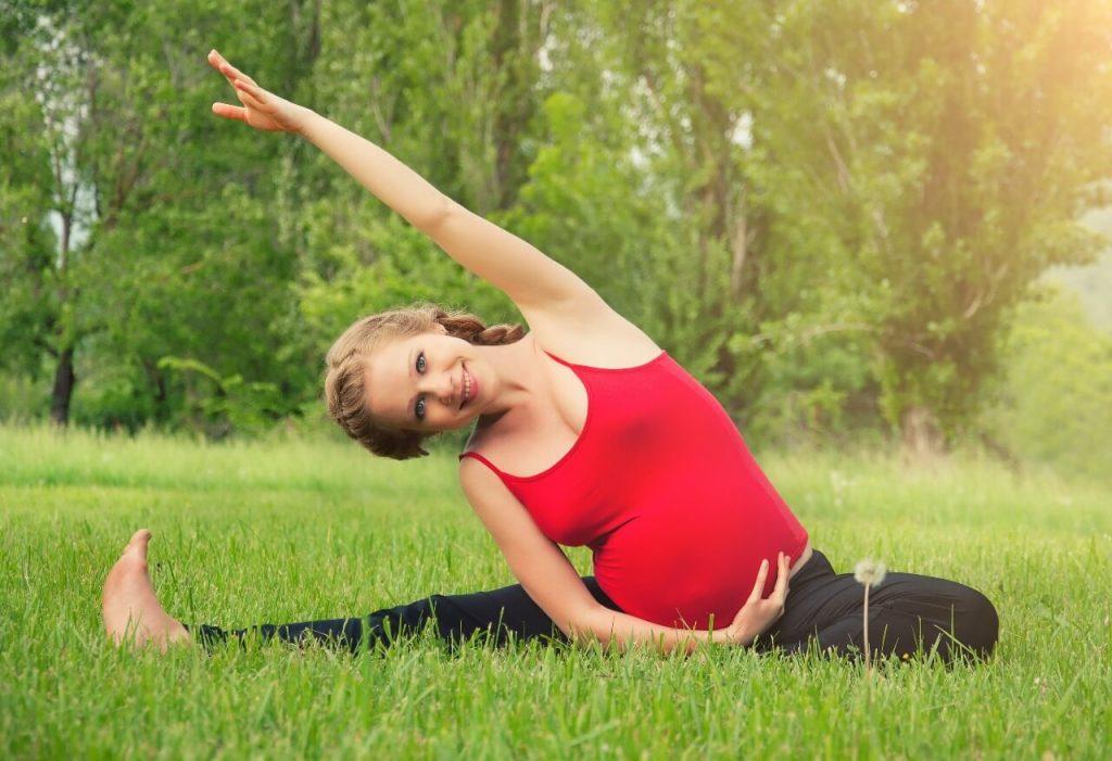 Tập yoga giúp mẹ bầu giảm các cơn đau