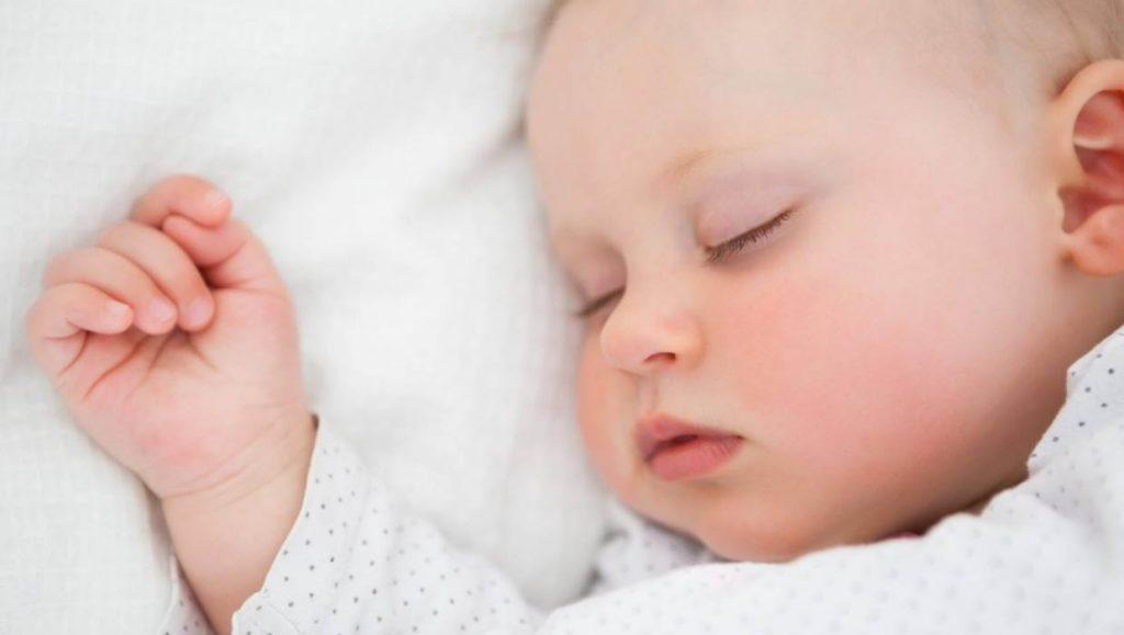 Thời điểm cho trẻ sơ sinh ngủ một mình (1)