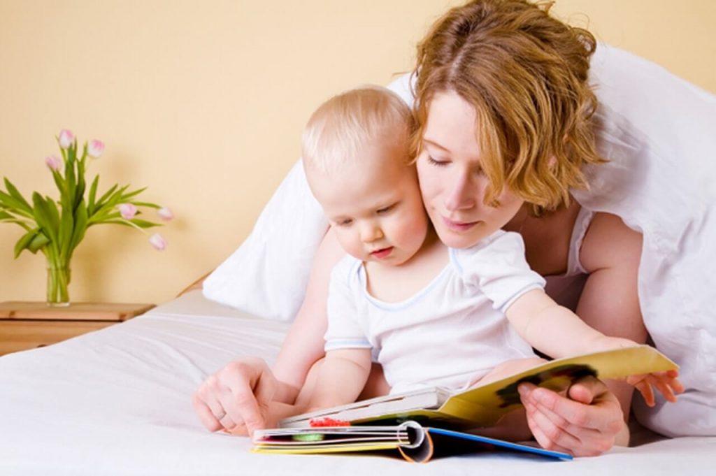 đọc sách cho con giúp con phát triển não bộ và khả năng ngôn ngữ tốt hơn