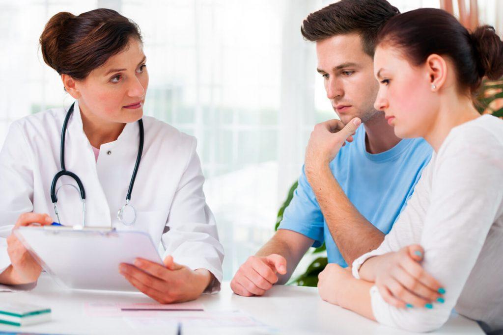 Bác sĩ tiến hành kiểm tra sức khỏe sinh sản của các cặp đôi