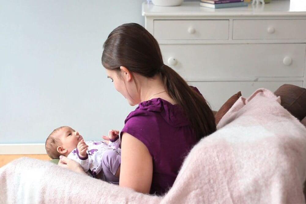 Ngoài thời gian chăm sóc em bé sơ sinh, người mẹ cần nghỉ ngơi để cơ thể hồi phục nhanh hơn