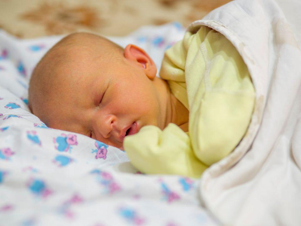 Trẻ sơ sinh bị vàng da thường có phân màu nhạt