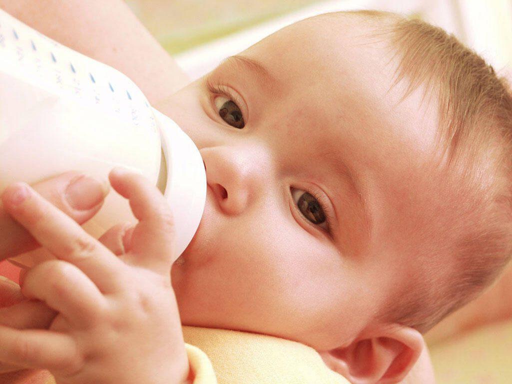 bú sữa công thức