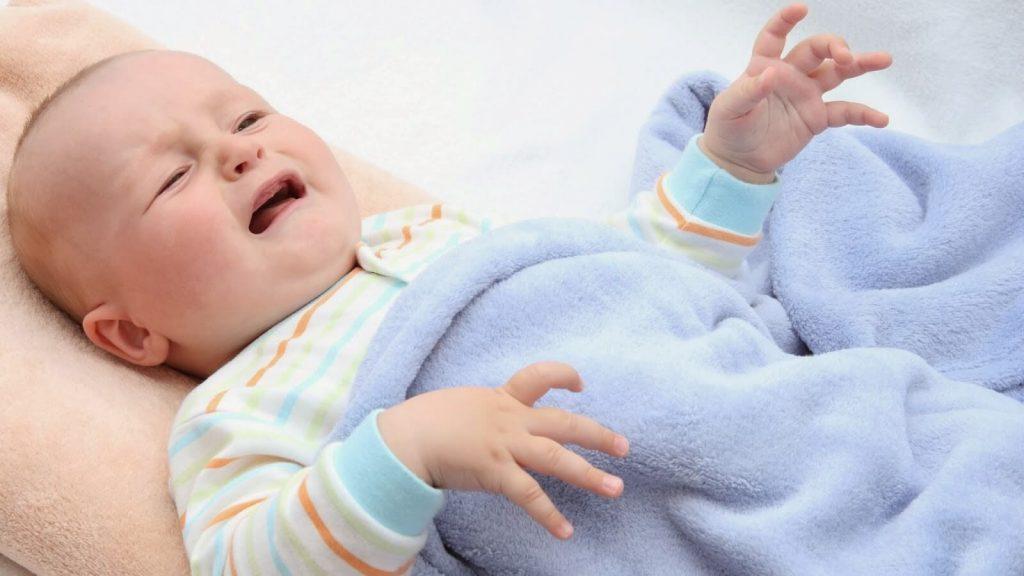 Trẻ sơ sinh bị táo bón thường xuyên sẽ cáu kỉnh, không thoải mái trước khi đi đại tiện