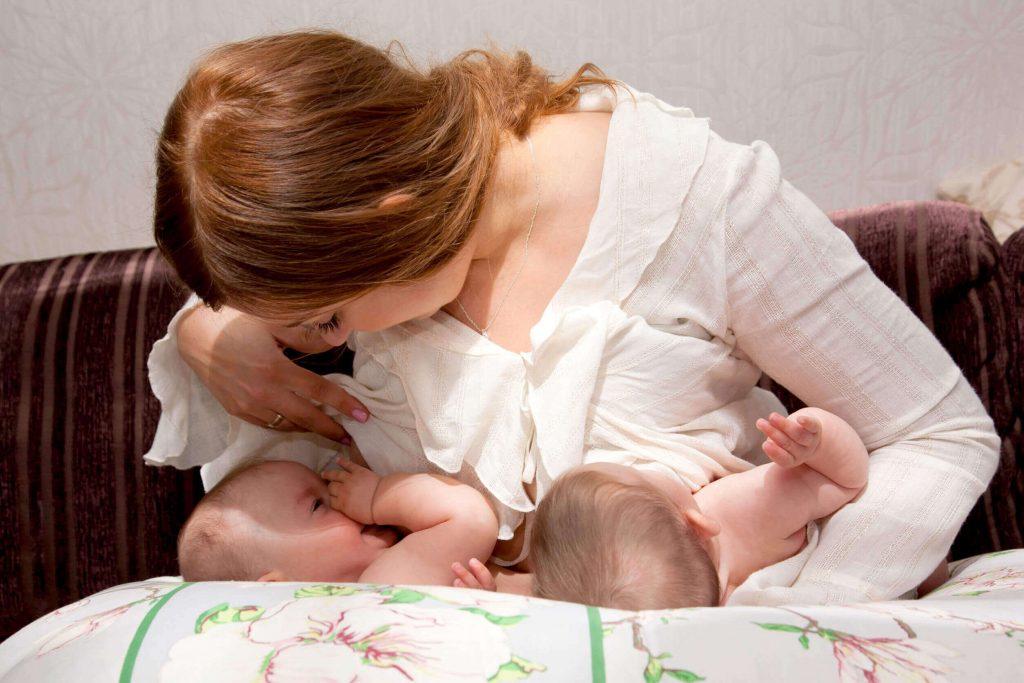 Mẹ sẽ phải vất vả hơn trong quá trình chăm sóc song sinh để duy trì tốt cân nặng của trẻ sinh đôi