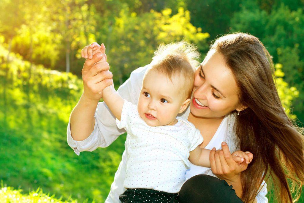 Ba mẹ nên để bé chơi và thoải mái khám phá môi trường sống của mình (1)