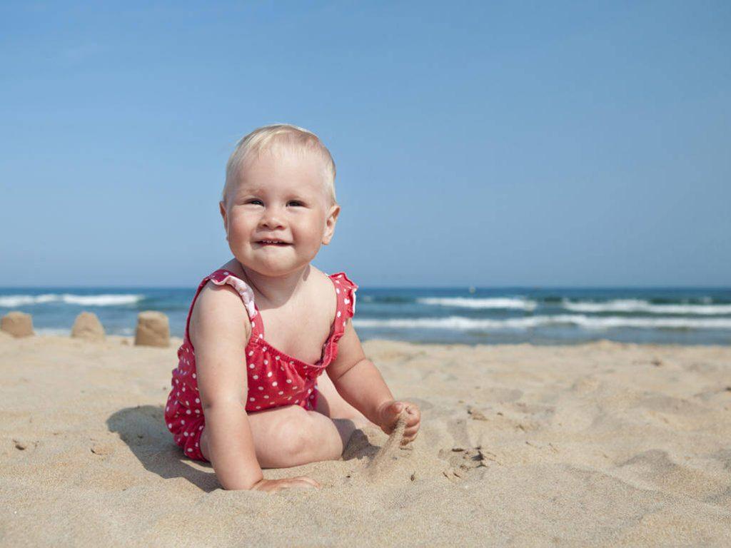 Con yêu thỏa thích chơi với cát