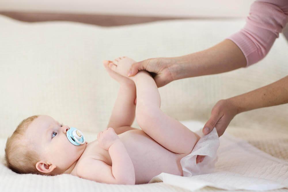 Máu trong tã bé có thể là một trong những dấu hiệu bất thường ở trẻ sơ sinh như táo bón, tiêu chảy,...
