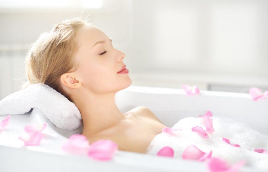 Ngâm bồn nước ấm giúp mẹ cải thiện tình trạng mất ngủ sau sinh (1)