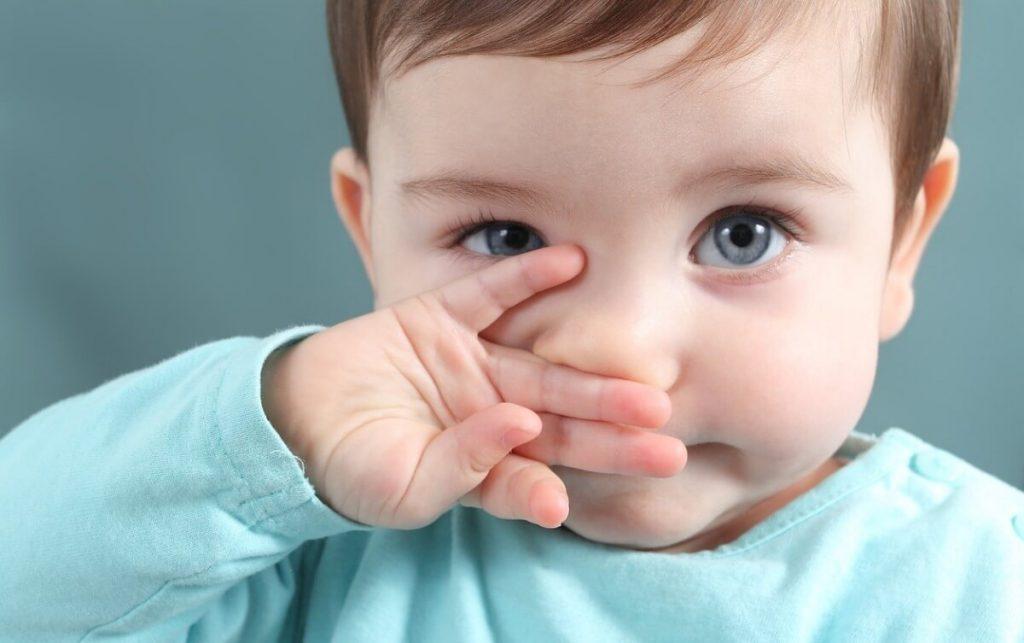 Sổ mũi, ngứa họng, nghẹt mũi và hắt hơi là những dấu hiệu trẻ sơ sinh bị cảm dễ thấy