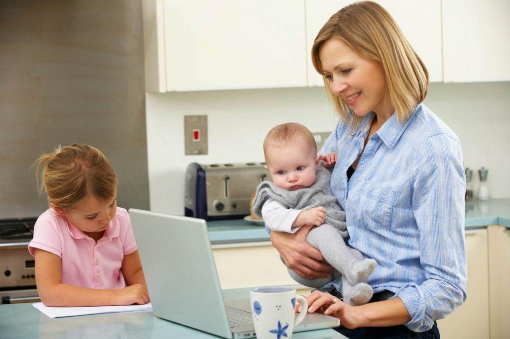 Sử dụng các ứng dụng trên máy tính là một trong những cách sắp xếp thời gian khi có con nhỏ hiệu quả cho mẹ
