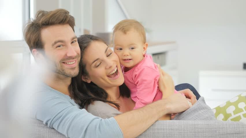 Vợ chồng chia sẻ công việc chăm sóc em bé sơ sinh